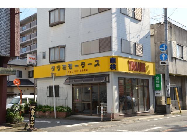 対面の建物です。黄色い看板が目印です