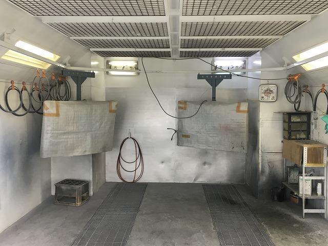 丁寧、確実な作業でキレイに修復します。専用塗装ブースでホコリや風を避けて塗装を行います。