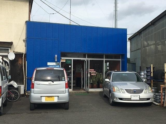 事務所は青い建物です。駐車スペースもございます。