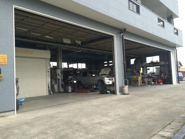 当店のガレージです。最大で6台の車を収容可能です。