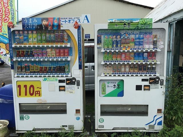 店舗前には飲料の自動販売機を設置。夏は冷たい、冬は暖かいお飲み物を飲みながら・・・