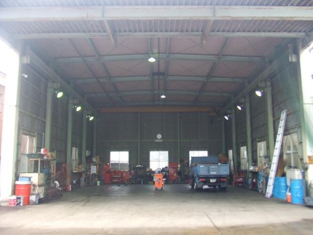 大型車も対応の広い工場です!