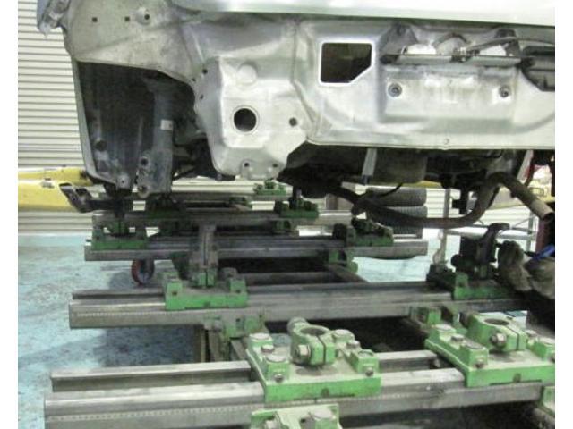 フレーム修正機。重度の修復もお任せ下さい。