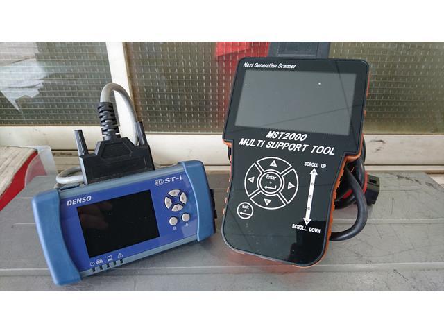 今の車には必須のコンピュータ自己診断機。用途に合わせてコチラも2台完備しています。