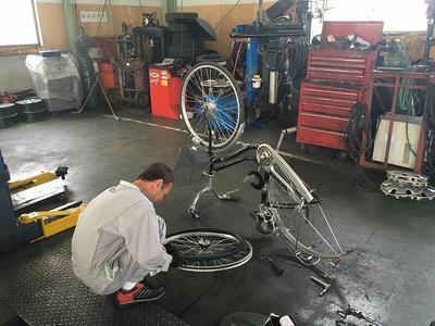 自転車のタイヤ交換中。