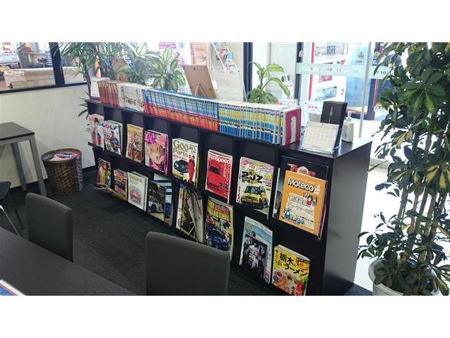 マガジンラックには各種雑誌だけでなく漫画も充実完備。待ち時間も楽しくなりますね。