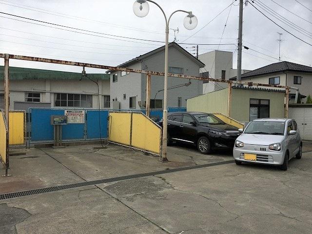 店舗と道を挟み反対側に洗車場もございます。愛車は綺麗だと気分も良いですよね♪ぜひご利用下さい。