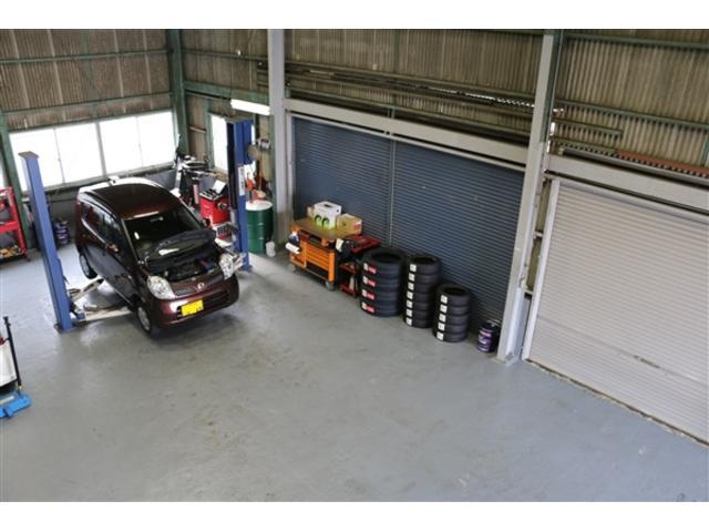 開放感のある作業スペースでお客様のお車の整備・修理をいたします!