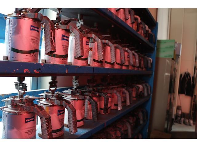 ズラッと並んだ塗料缶!この中からお客様のお車に合う色を作り出します。