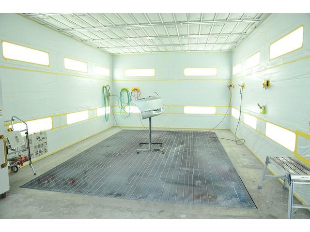 板金塗装修理に特化した数々の設備。国内最大級の焼付け塗装ブース!