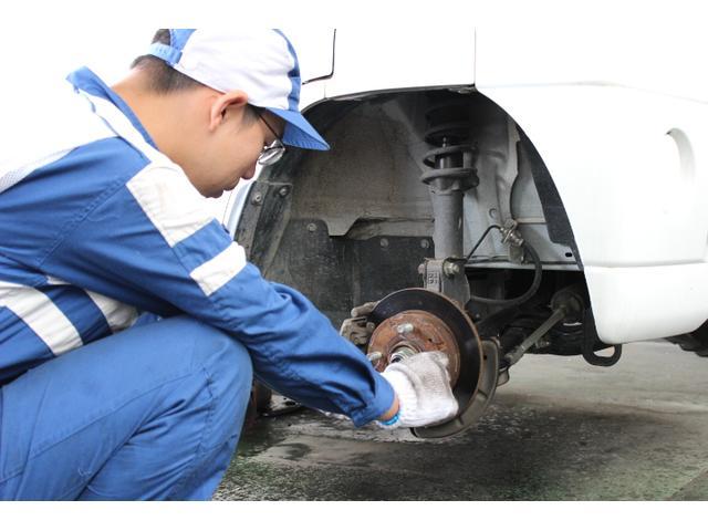 国家資格整備士が常駐し安心の整備を行っております。