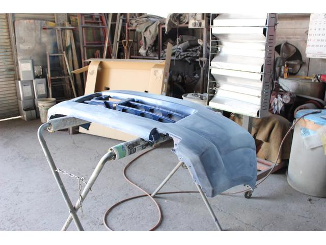 バンパー等のキズやへこみを直す板金塗装も自社で対応しております。