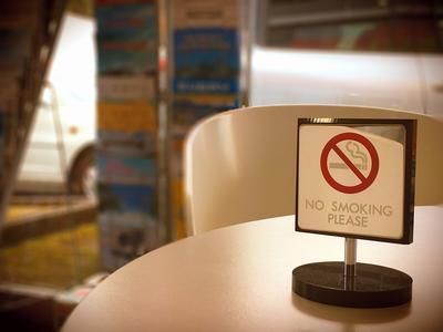 室外に喫煙スペースがございます。