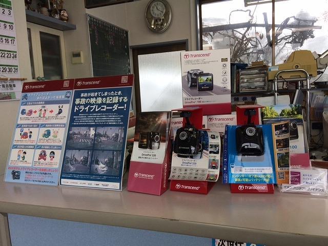 店内にはドライブレコーダーなどのカー用品も展示しております。購入取り付けご相談下さい。