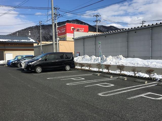 広々駐車場完備しております。空いているスペースへご自由にお停め下さいませ。