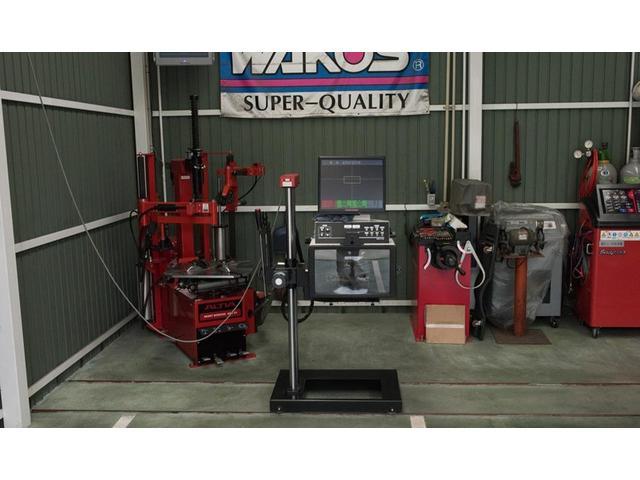 指定工場必須の車検検査機器(テスター)です。ヘッドライトの光度、配光、高さを測定します。