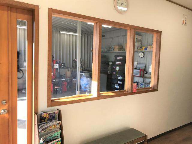 待合室から作業風景をご覧頂けます