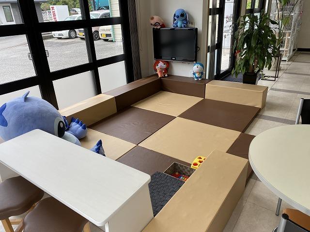 キッズスペースがありますのでお子様も飽きることなくお待ちいただけます。ビデオ、絵本、おもちゃあります