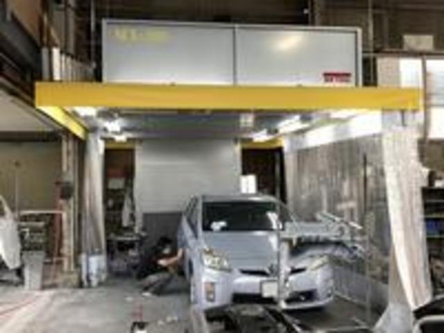 鈑金塗装もお任せ。塗装ブースも完備しております。バンパーのキズ補修から事故車修理までお任せください。