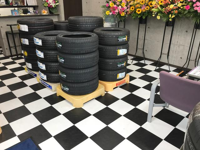 店内にはタイヤがズラリ!ご購入のご相談も承ります。