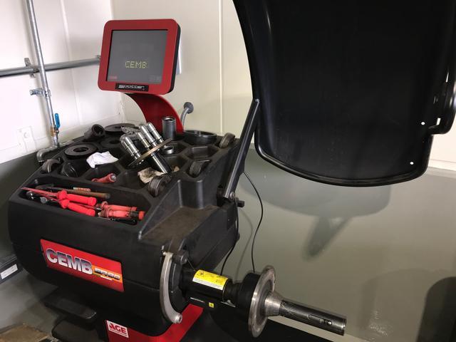 最新の機器とベテランメカニックが、タイヤ交換を行います。