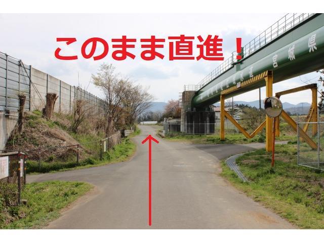 しばらく直進すると右手に写真にある水道管が見えます。さらに直進です。