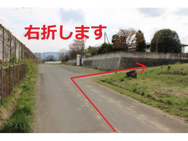 こちらを右折します。右折するとすぐに当店が見えてきます。