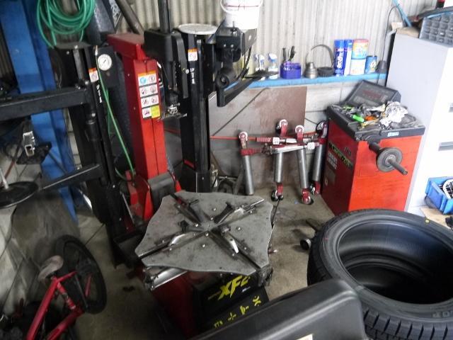 タイヤチェンジャー・バランサー完備!24インチサイズまで対応可能です。