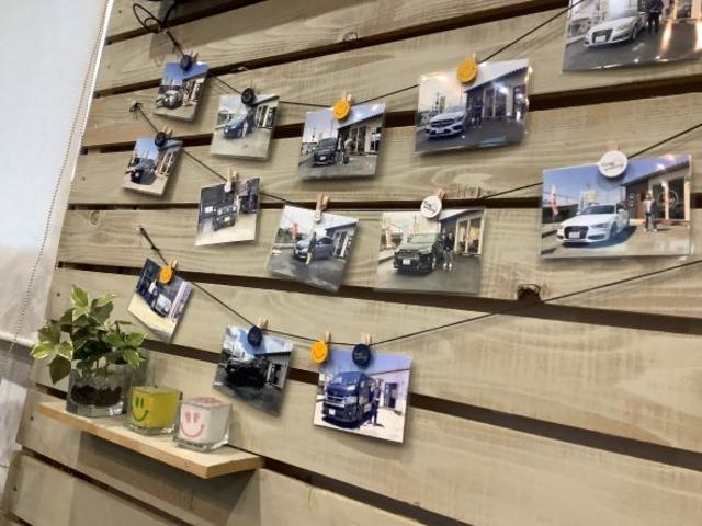 店内には今まで販売車のお車や修理でのご入庫のお車の写真を掲示。