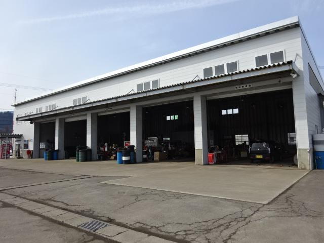 トラックや大型車にも対応した大きな工場です!