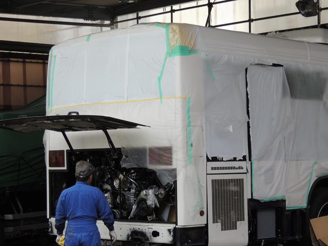 大型車の板金作業も可能となっております。