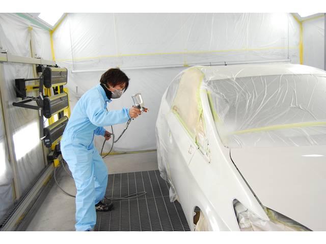 塗装は慎重に丁寧に拭き付けを行います。