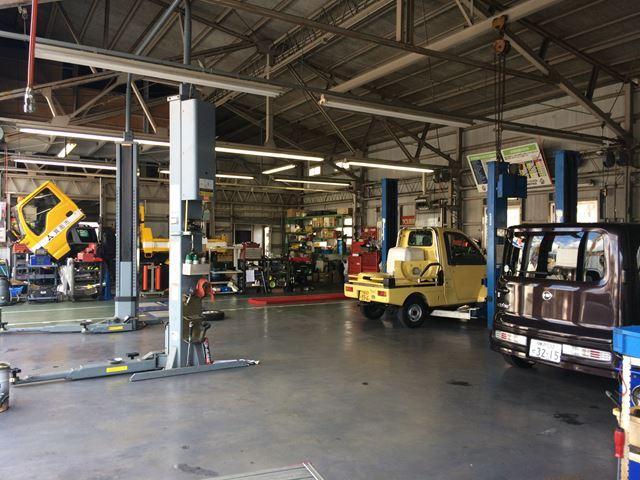 作業リフト7基ほか多数のストール有。工場も広く設備も充実しております。