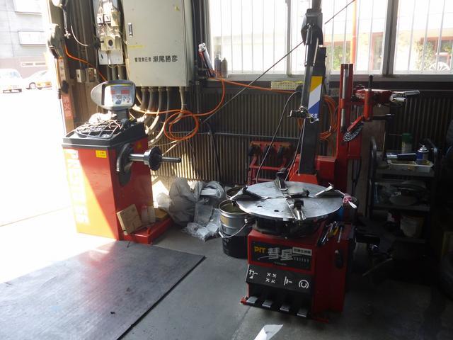 タイヤチェンジャーとバランス調整の機械完備。ネット等でご購入されたタイヤの組替作業もお任せ下さい。