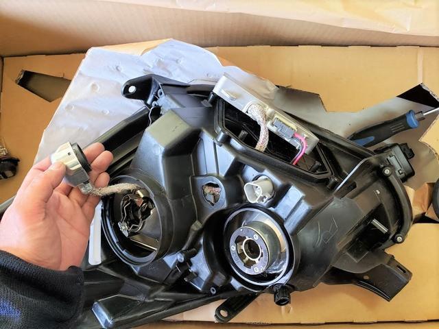 ヘッドライトの取り付け、修理も対応致します。