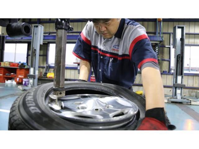タイヤをただ組むだけではなく、長年培ってきたノウハウとスキルで、完璧にタイヤを組みます。