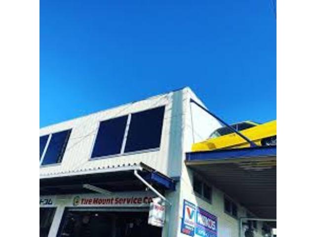 国道16号横田基地向かいのシンボル的建物。2階に車の刺さった店と言えばタイヤ取替ドットコムです。