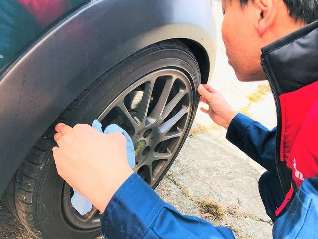 タイヤの残り溝をチェック