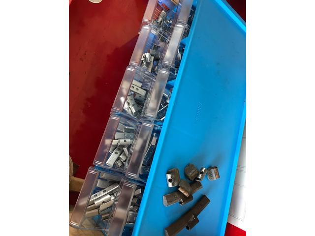 バランスウェイト スチールホイールには主に打ち込みのウェイトを使用します。