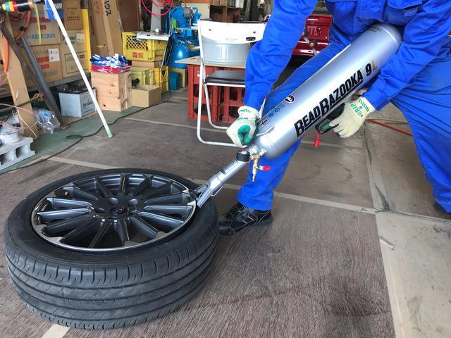 タイヤサービス だいさだ 作業風景 ビードが上がらない場合は専用工具を使用!