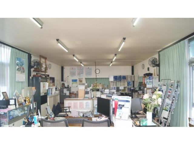 同店舗内に関連会社の株式会社ワークシステムが損害保険はAIG、生命保険では大同生命の代理店を運営。