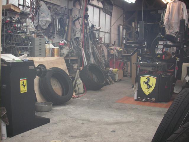 太田自動車の1階で営業してます。当店の作業場の機械たち。