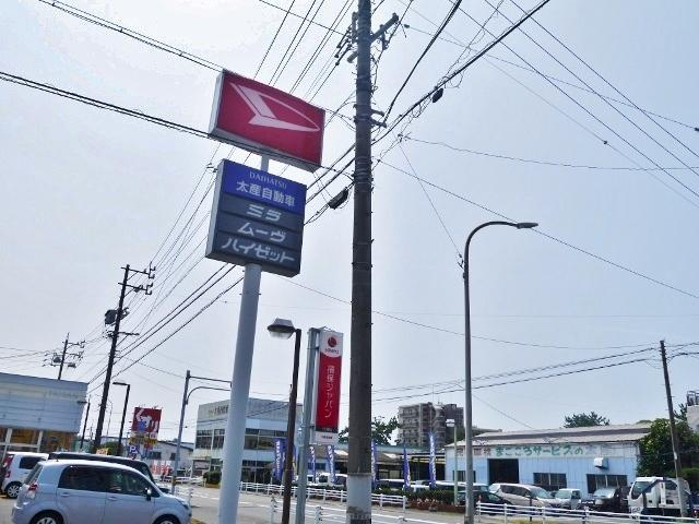 赤いダイハツ看板が目印です!国産メーカーすべての車種を取り扱っております。