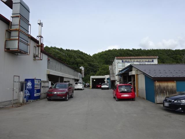 規模の大きな鈑金塗装工場です。小さな凹みから事故によるフレーム修正まで対応しております