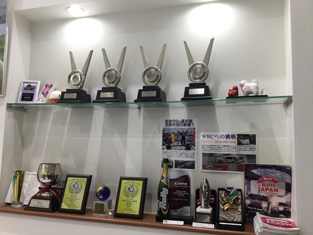 優勝トロフィーが飾られた棚が店内にあります。