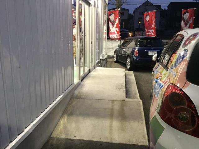 入り口に設けられた車いす用のスロープ。