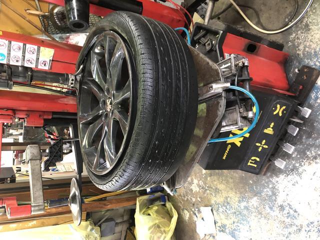 タイヤチェンジャーも完備♪随時タイヤ交換やパンク修理に対応できます。