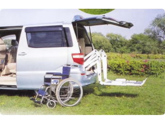 車椅子のお客様に快適なカーライフを提供する、福祉車両へのカスタマイズを提案させていただいております。