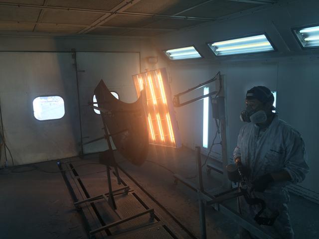 当店の塗装ブースです。しっかりと作業できる環境です。
