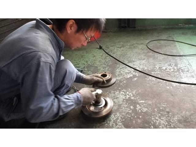 ブレーキ鳴き修理中です。ブレーキパット、ロータを研磨しております。